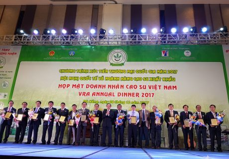 VRA trao bằng khen và giấy chứng nhận cho các đơn vị hoàn thành xuất sắc việc tuân thủ Quy chế quản lý và sử dụng Nhãn hiệu Cao su Việt Nam và 9 Hội viên được cấp quyền sử dụng Nhãn hiệu Cao su Việt Nam năm 2017. Ảnh: P.L