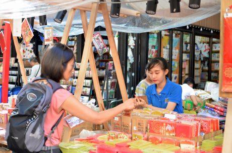 Ngô Phương Linh đang bán sách ở đường sách Nguyễn Văn Bình.