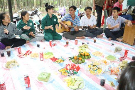 Công nhân Nông trường Thuận Tân, Công ty TNHH MTV Cao su Bình Thuận đón Tết trên lô.