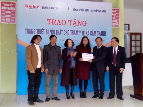 Lãnh đạo Báo Kinh tế Nông thôn và Công ty CP Công nghiệp& XNK Cao su trao tặng các hạng mục thiết bị cho Trạm y tế Cẩm Bình