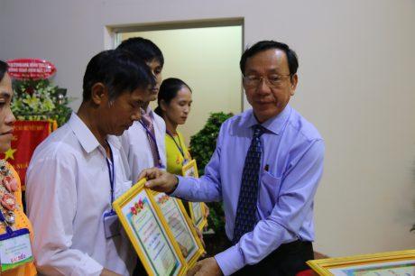 TGĐ Cao su Bình Thuận Nguyễn Văn Thanh trao thưởng tại hội nghị