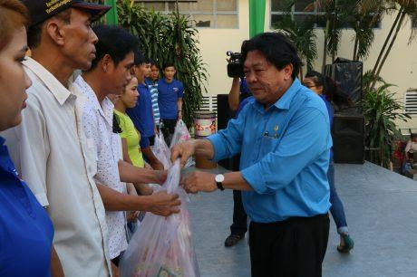 Chủ tịch CĐ CSVN Phan Mạnh Hùng trao quà cho CNLĐ
