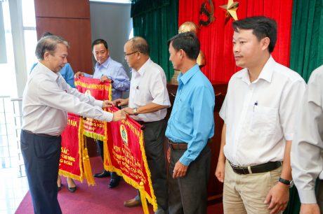 Ông Mai Đức Chính - Phó Chủ tịch TLĐ LĐVN trao cờ thi đua xuất sắc cho các đơn vị.