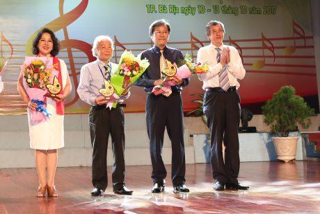 Nhạc sỹ Phạm Minh Tuấn (thứ 2 từ trái qua) nhận hoa từ BTC hội diễn. Ảnh: Tùng Châu
