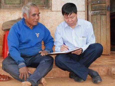 Ông Ral Lan Hlem (trái) trò chuyện cùng tác giả