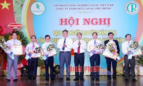 Lãnh đạo VRG và tỉnh Bình Phước trao thưởng cho người lao động.