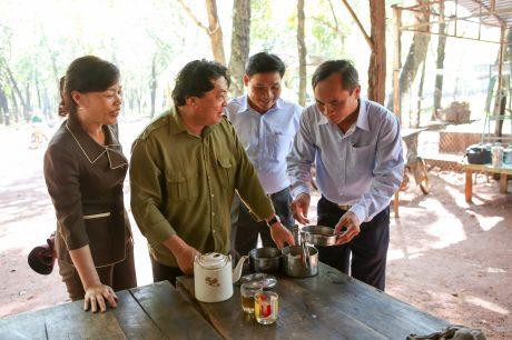 Ông Phan Mạnh Hùng (thứ 2 bên trái) kiểm tra bữa ăn ca công nhân. Ảnh: Tùng Châu
