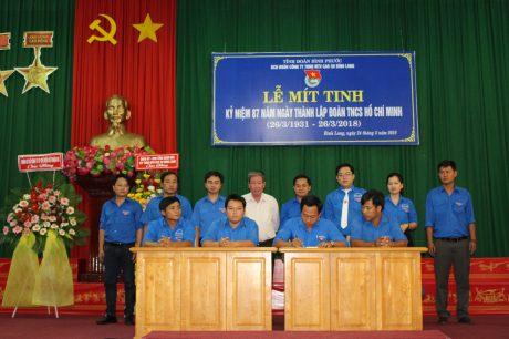 Lãnh đạo Tỉnh đoàn Bình Phước, Đoàn Thanh niên VRG  và lãnh đạo công ty chứng kiến ký kết giao ước thi đua  giữa các đoàn cơ sở, chi đoàn trực thuộc