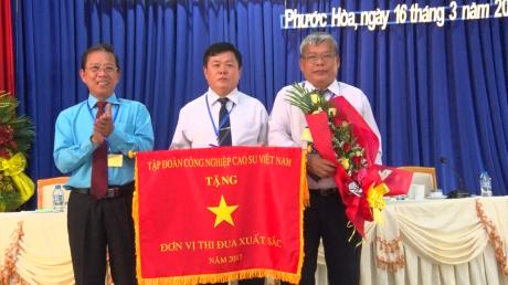 Ông Võ Việt Ngân - Phó Chủ tịch CĐ CSVN trao Cờ thi đua xuất sắc năm 2017 của VRG cho đại diện lãnh đạo Công ty CPCS Phước Hòa