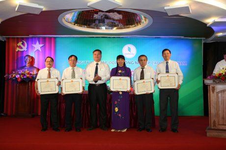 Ông Võ Sỹ Lực - Chủ tịch HĐTV VRG trao thưởng  cho 5 tập thể nhận bằng khen của Bộ NN&PTNT