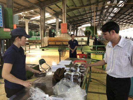 Anh Đoàn Quang Trọng (bìa phải) - Phó GĐ Xí nghiệp kiểm tra các mẫu lưu sản phẩm.