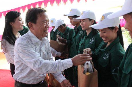 Phó Chủ tịch CĐ Cao su VN Võ Việt Ngân tặng quà cho công nhân Nam Giang – Quảng Nam tại Lễ phát động Tháng Công nhân năm 2015. Ảnh: Bình Nguyên