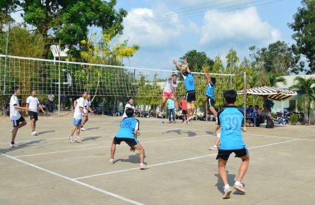 Thi đấu bóng chuyền tại Trung tâm văn hóa thể thao Công ty CPCS Phước Hòa. Ảnh: Ân Châu