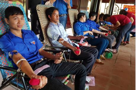 Các bạn ĐVTN tham gia hiến máu