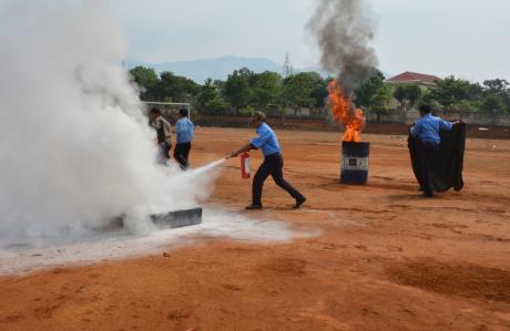 Các học viên đang thực tập công tác phòng cháy, chữa cháy