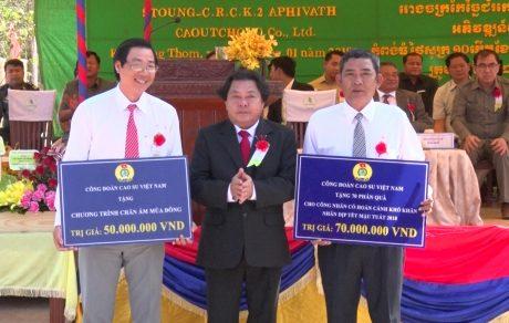 Chủ tịch CĐ CSVN Phan Mạnh Hùng trao quà Tết cho người lao động ở các công ty cao su trực thuộc VRG tại Campuchia