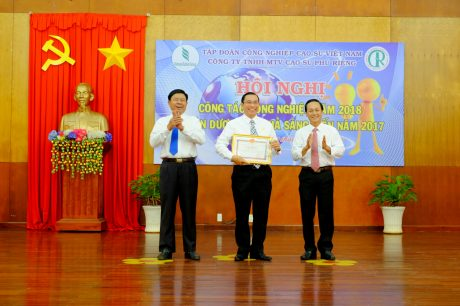 Ông Trần Thanh Phụng - Chủ tịch HĐTV (bên phải) và ông Lê Tiến Vượng - Phó TGĐ trao thưởng cho ông Lê Thanh Tú - TGĐ Cao su Phú Riềng