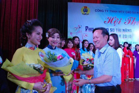 Ông Lê Khả Liễm - TGĐ công ty tặng hoa cho các thí sinh.