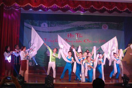 Một tiết mục đạt giải của đội văn nghệ công ty khi tham gia Hội diễn Tiếng hát công nhân cao su được tổ chức tại Công ty Kon Tum