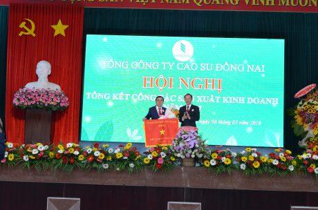 Ông Trần Ngọc Thuận - Bí thư Đảng ủy, TGĐ VRG trao Cờ thi đua xuất sắc cho TCT Cao su Đồng Nai