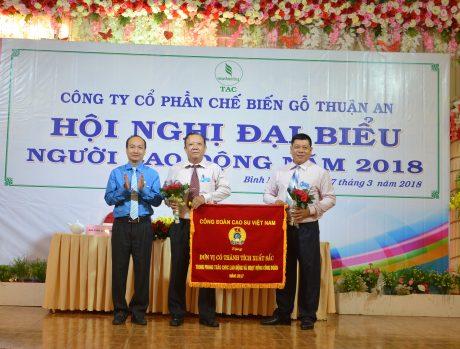 Ông Phan Tấn Hải - Phó chủ tịch thường trực Công đoàn CSVN trao Cờ thi đua cho công đoàn công ty