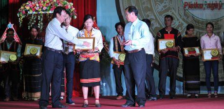 Năm 2016, CĐ tổ chức tuyên dương 300 CBCNVC - LĐ dân tộc thiểu số tiêu biểu xuất sắc lần thứ nhất. Trong ảnh: Ông Lê Xuân Hòe – Nguyên UVBTV CĐCSVN, nguyên Phó TGĐ VRG (bên trái) và ông Nguyễn Văn Tân – Nguyên Phó TGĐ VRG trao danh hiệu cho CN. Ảnh: Tùng Châu