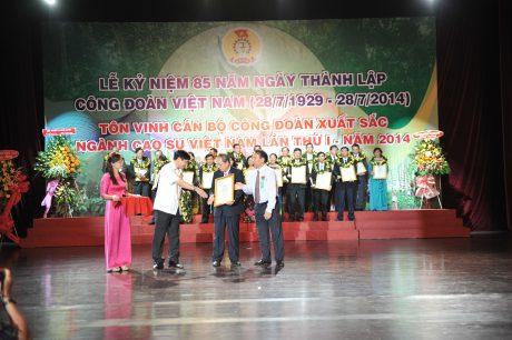 Công đoàn CSVN tuyên dương cán bộ CĐ xuất sắc. Ảnh: Tùng Châu.