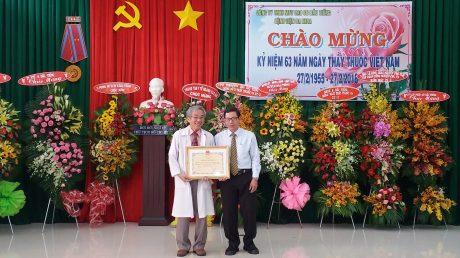 Bác sĩ Trần Tấn Tài - Phó phòng nghiệp vụ Sở Y tế tỉnh Bình Dương trao bằng khen của Bộ Y tế cho tập thể Bệnh viện Đa khoa Cao su Dầu Tiếng