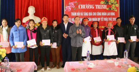 Lãnh đạo CĐ CSVN và CĐ công ty trao quà Tết cho NLĐ. Ảnh: Tùng Phương