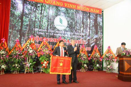 Ông Hứa Ngọc Hiệp - Phó TGĐ VRG trao cờ thi đua xuất sắc cho công ty.