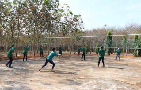 CN tổ 4 NT Nghĩa Trung chơi bóng chuyền trong khi chờ trút mút. Ảnh: Như Nguyễn