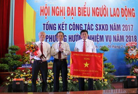 Bí thư Đảng ủy, TGĐ VRG Trần Ngọc Thuận (giữa) tặng Cờ thi đua xuất năm 2017 cho công ty.