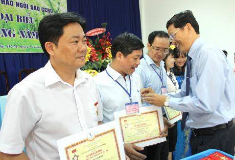 Ông Hà Văn Khương - Thành viên HĐTV VRG trao kỷ niệm chương cho các cá nhân