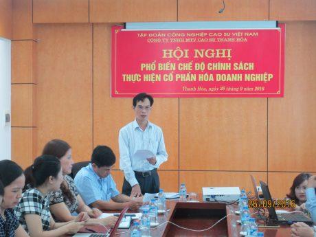 Trong lộ trình CPH Công ty mẹ VRG, CĐ các đơn vị đã tổ chức nhiều buổi tuyên truyền chính sách CPH cho NLĐ. Trong ảnh: Hội nghị phổ biến chính sách CPH doanh nghiệp tại Công ty TNHH MTV Cao su Thanh Hóa.