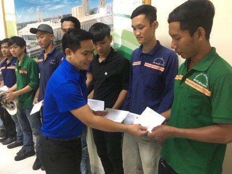 Đ/c Thái Bảo Tri - UV BCH TW Đoàn, Bí thư ĐTN VRG tặng quà thanh niên công nhân khó khăn của Công ty CP Gỗ MDF VRG Quảng Trị