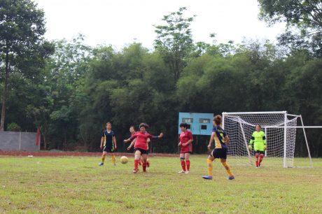 Một pha tranh bóng trong trận khối Cơ quan (áo đỏ) gặp Nông trường Lợi Hưng (môn bóng đá mi-ni nữ).