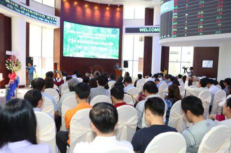 Nhà đầu tư tham gia buổi đấu giá cổ phần lần đầu ra công chúng Công ty mẹ VRG. Ảnh: Tùng Châu.