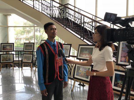Anh Kpa Toal chia sẻ cảm xúc khi về dự Đại hội với PV Tạp chí CSVN