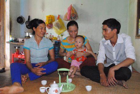 Vợ chồng anh Nguyễn Bá Quang (từ phải qua) cùng cháu bé