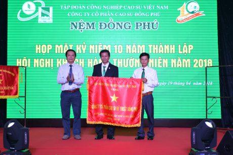 Ông Phan Viết Phùng – Trưởng Ban Thi đua tuyên truyền văn thể VRG trao Cờ thi đua xuất sắc của VRG cho DORUFOAM