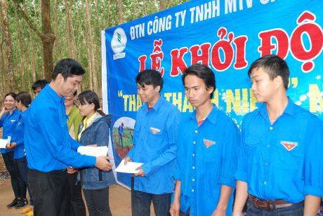 Anh Bùi Văn Sang – Bí thư ĐTN Cao su Chư Păh trao quà cho công nhân khó khăn tại lễ phát động TTN 2018