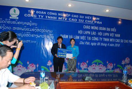 TGĐ Phạm Đình Luyến tặng 50 triệu đồng cho Hội liên hiệp phụ nữ Lào