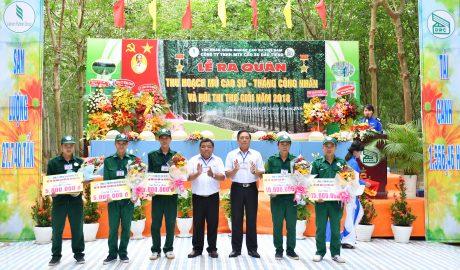 Lãnh đạo công ty trao thưởng cho các thí sinh đạt giải cao hội thi
