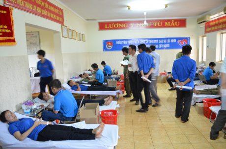 Đoàn viên thanh niên công ty tham gia hiến máu