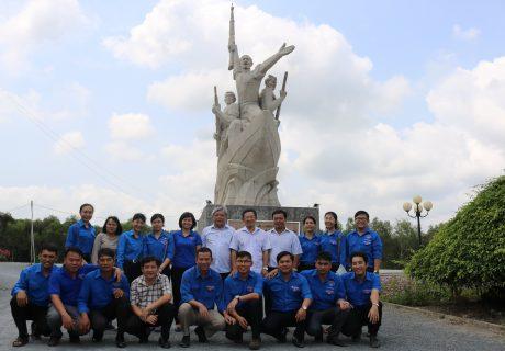 Lãnh đạo Công ty cùng BCH Đoàn Công ty CPCS Phước Hòa chụp hình lưu niệm tại khu di tích Chiến thắng Giồng Thị Đam - Gò Quản Cung tại huyện Tân Hồng Tỉnh Đồng Tháp