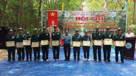 Ông Lê Văn Kim - Chủ tịch Công đoàn công ty trao giấy khen cho các thí sinh đạt giải.