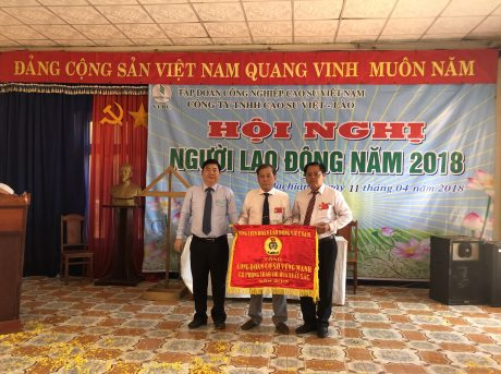 Ông Võ Việt Tài - Phó Chủ tịch CĐ CSVN trao Cờ thi đua Tổng LĐLĐ VN cho công ty