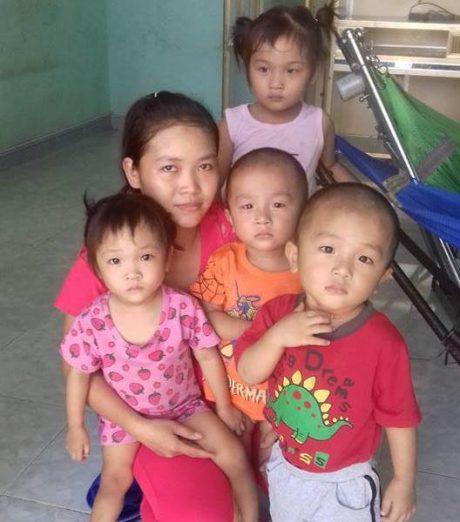 Công nhân Ngô Thị Hồng bên bốn người con nhỏ.