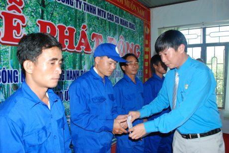 Chủ tịch CĐ lê HUY Phu trao quà cho CN