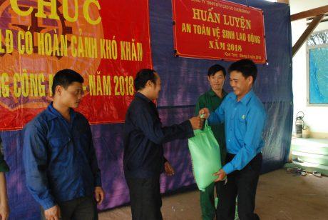 Chủ tịch Phạm Duy Vương trao quà cho CN